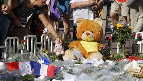 ฝรั่งเศสประกาศไว้ทุกข์ทั่วประเทศเป็นเวลา 3 วันต่อผู้เสียชีวิตจากเหตุโจมตีก่อการร้าย ณ เมืองนิส - ảnh 1