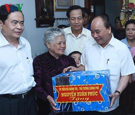 นายกรัฐมนตรี เหงวียนซวนฟุก ไปเยือนครอบครัวผู้ที่อยู่ในเป้านโยบายในจังหวัดเกิ่นเทอ - ảnh 1