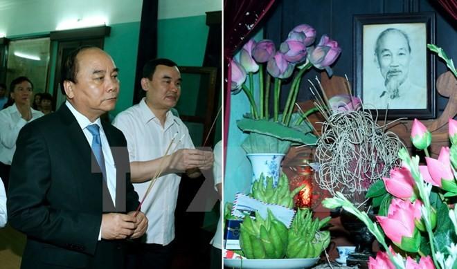 นายกรัฐมนตรี เหงวียนซวนฟุกจุดธูปเพื่อรำลึกถึงประธานโฮจิมินห์ - ảnh 1