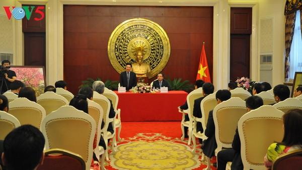 รองนายกรัฐมนตรีและรัฐมนตรีว่าการกระทรวงการต่างประเทศเวียดนามเยือนสถานทูตเวียดนามประจำประเทศจีน - ảnh 1