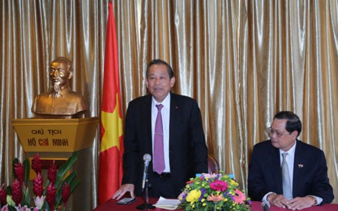 รองนายกรัฐมนตรีเจืองหว่าบิ่งเยือนสถานทูตเวียดนามและชมรมชาวเวียดนามที่อาศัยในประเทศสิงคโปร์ - ảnh 1