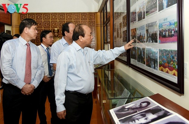 นายกรัฐมนตรีไปจุดธูปที่เขตโบราณสถานทางประวัติศาสตร์อนุสาวรีย์กรมทหาร 52 เตยเตี๊ยน หมกโจว์ เซินลา - ảnh 1