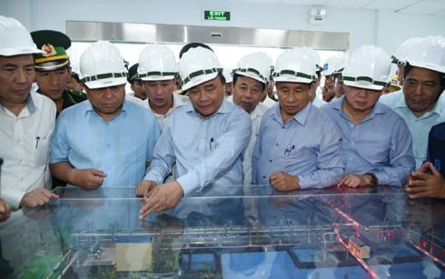 นายกรัฐมนตรี เหงวียนซวนฟุก ประชุมกับผู้บริหารบริษัท Formosa จังหวัดห่าติ๊ง - ảnh 1