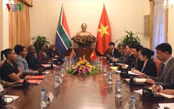 รองนายกรัฐมนตรีและรัฐมนตรีต่างประเทศเวียดนามเจรจากับรัฐมนตรีต่างประเทศและความร่วมมือแอฟริกาใต้ - ảnh 1