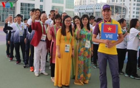 พิธีเชิญธงชาติขึ้นสู่ยอดเสาของคณะนักกีฬาเวียดนามที่เข้าร่วมการแข่งขันกีฬา AIMAG 5 - ảnh 1
