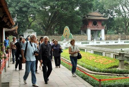 """เปิด """"ทัวร์ท่องเที่ยวทองแห่งกรุงฮานอย""""และผลิตภัณฑ์การท่องเที่ยวศึกษาเกียรติประวัติใฝ่การศึกษา - ảnh 1"""
