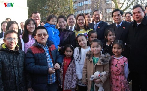 ประธานสภาแห่งชาติพบปะกับเจ้าหน้าที่สถานทูตเวียดนามประจำเนเธอร์แลนด์ - ảnh 1