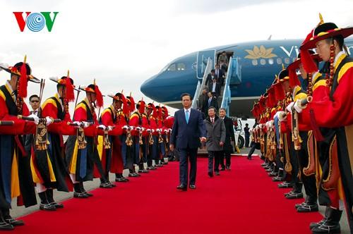Prime Minister Nguyen Tan Dung arrives in Busan, RoK. - ảnh 2