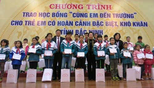 Vice President presents scholarships to poor students in Bac Ninh - ảnh 1