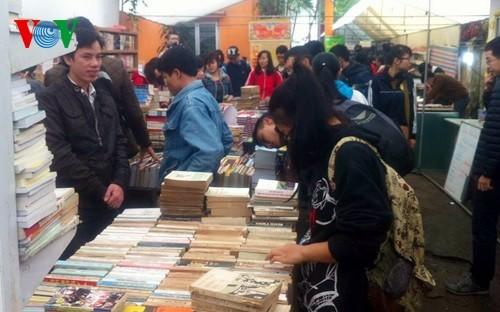 Old book festival inspires love for books - ảnh 1