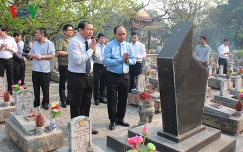 Prime Minister Nguyen Xuan Phuc offers incense tribute to martyrs in Quang Tri - ảnh 1