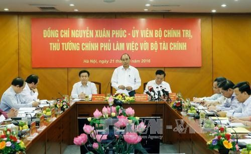 PM holds working session with Finance Ministry - ảnh 1