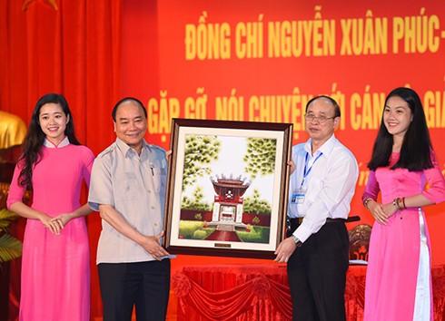 Prime Minister Nguyen Xuan Phuc: Students should nurture dreams for success - ảnh 1