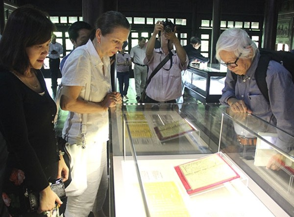 Royal gold books exhibited in Hue - ảnh 1