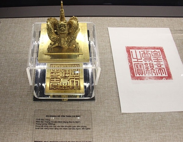Royal gold books exhibited in Hue - ảnh 2