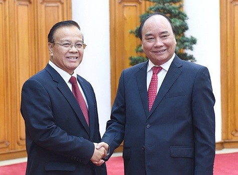 Prime Minister Nguyen Xuan Phuc receives Laotian Deputy PM, Finance Minister  - ảnh 1