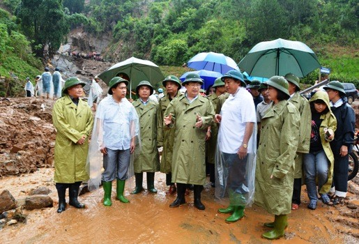 Deputy PM Trinh Dinh Dung oversees flood's aftermath in Yen Bai - ảnh 1