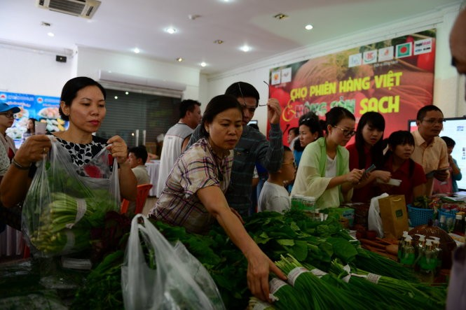 Shopping at weekend agriculture fair  - ảnh 1
