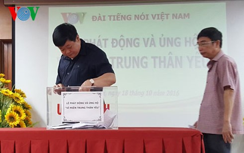 Vietnamese people turn their hearts to central region - ảnh 2