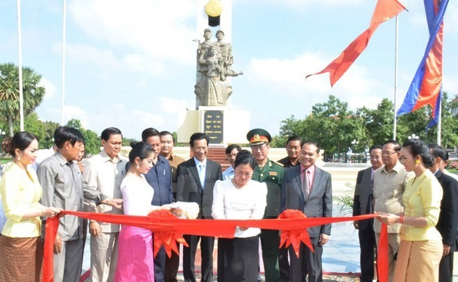 Monument to Vietnamese volunteer soldiers inaugurated in Phnom Penh - ảnh 1