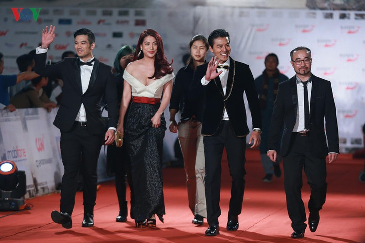 Celebrities on HANIFF red carpet - ảnh 10