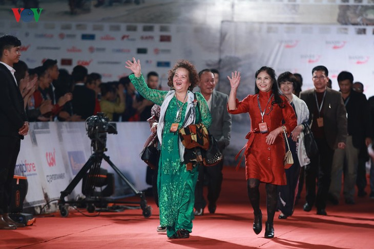 Celebrities on HANIFF red carpet - ảnh 12