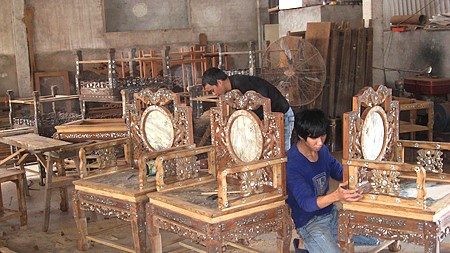 Visiting Hai Minh carpentry village - ảnh 1