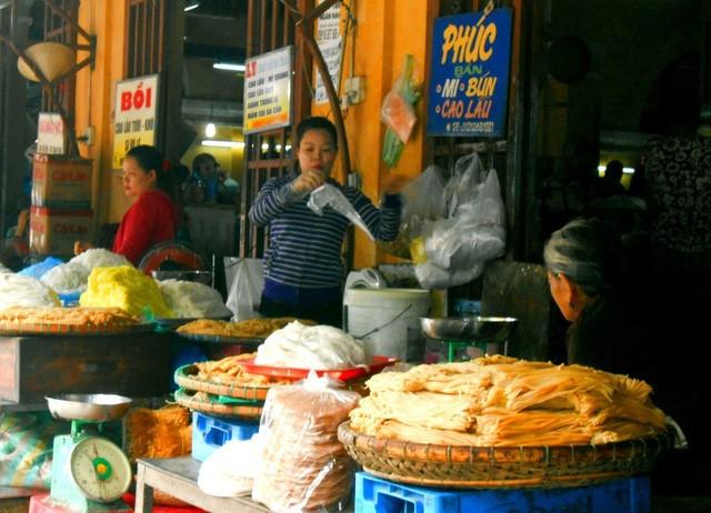Discovering Hoi An food paradise market - ảnh 1