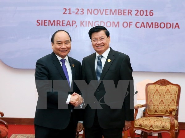 Prime Minister meets Lao counterpart  - ảnh 1