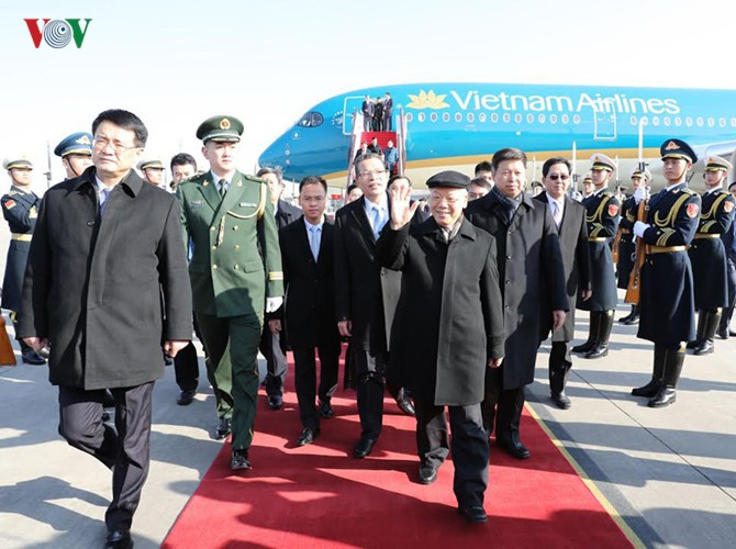 Party leader arrives in Beijing, beginning official visit to China - ảnh 1