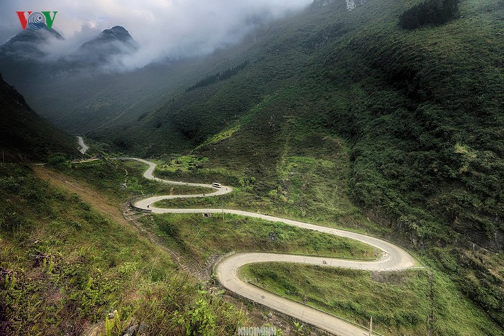 Experience spectacular road stretches in Ha Giang - ảnh 1