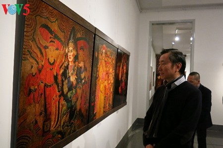 """Going into a trance"" ritual depicted in Tran Tuan Long's lacquer paintings  - ảnh 1"