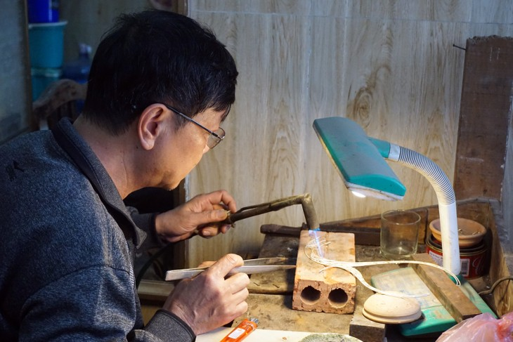 Artisan Quach Van Hieu preserves jewelry craft - ảnh 1