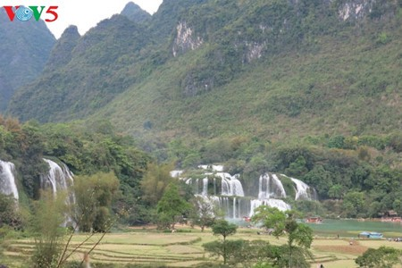 Ban Gioc Waterfall - the largest natural waterfall in Southeast Asia - ảnh 1