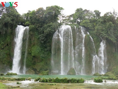 Ban Gioc Waterfall - the largest natural waterfall in Southeast Asia - ảnh 10