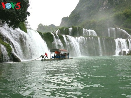 Ban Gioc Waterfall - the largest natural waterfall in Southeast Asia - ảnh 3