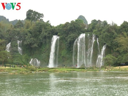 Ban Gioc Waterfall - the largest natural waterfall in Southeast Asia - ảnh 9
