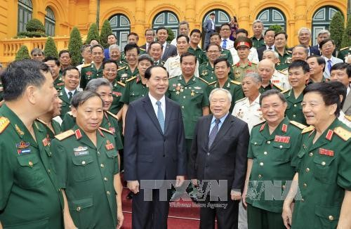 President meets former volunteer soldiers in Cambodia  - ảnh 1