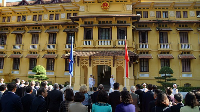 Flag hoisting ceremony to mark ASEAN's 50th anniversary - ảnh 1