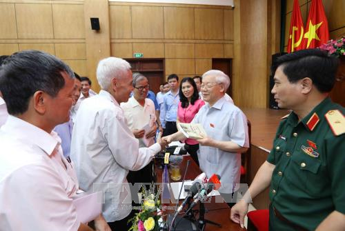 Party leader Nguyen Phu Trong meets voters in Hanoi  - ảnh 1