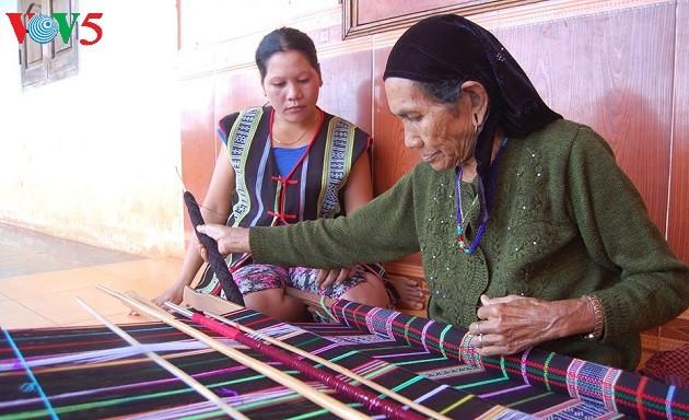 Brocade weaving: dexterity of M'Nong women - ảnh 1