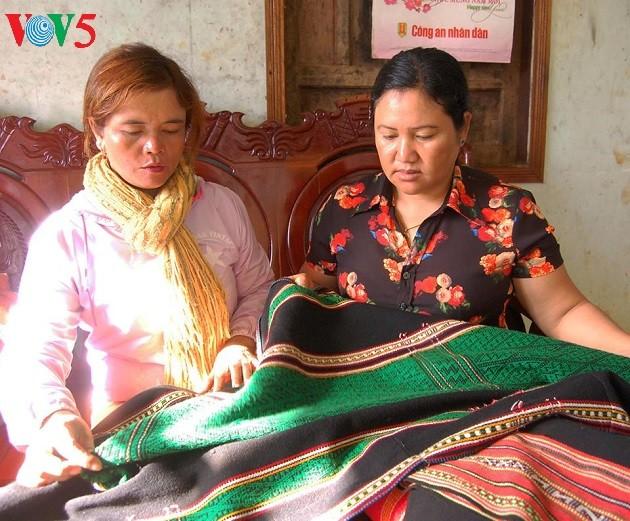 Brocade weaving: dexterity of M'Nong women - ảnh 3