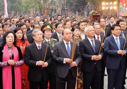 Primer ministro asiste a Fiesta del Montículo de Dong Da - ảnh 1