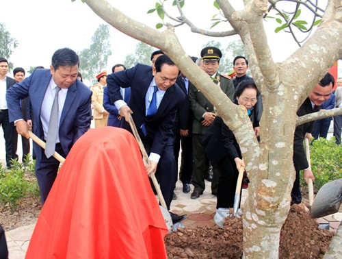 "Presidente de Vietnam participa en fiesta ""tịch điền"" 2017 - ảnh 1"