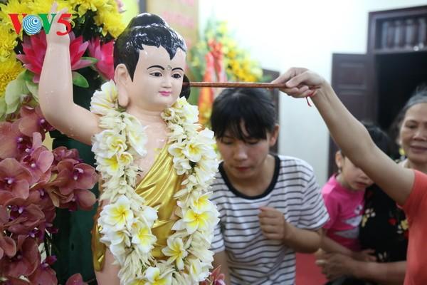 Localidades del centro y sur de Vietnam celebran aniversario 2561 de la iluminación del Buda   - ảnh 1