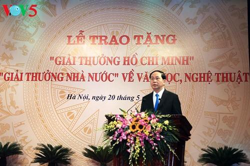Premian a personas con aportes relevantes al desarrollo de la literatura y las artes de Vietnam - ảnh 1