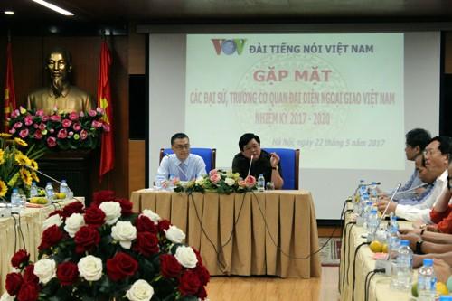 Voz de Vietnam consolida cooperación con diplomáticos extranjeros en promoción de imagen nacional - ảnh 1