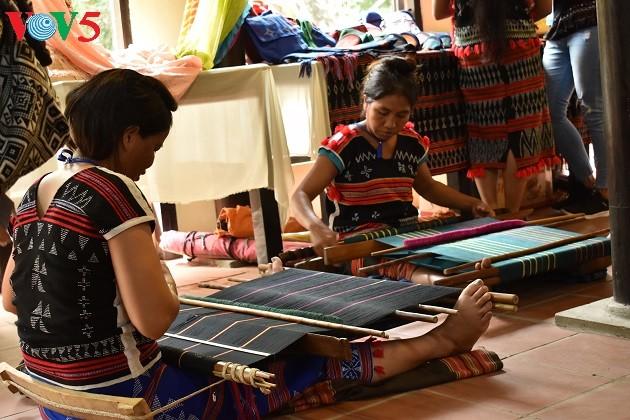 La seda y los brocados de Vietnam resaltan en el VI Festival Patrimonial de Quang Nam - ảnh 1