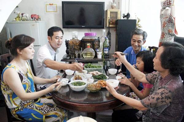 Comida familiar consolida la unión entre los miembros del hogar - ảnh 1