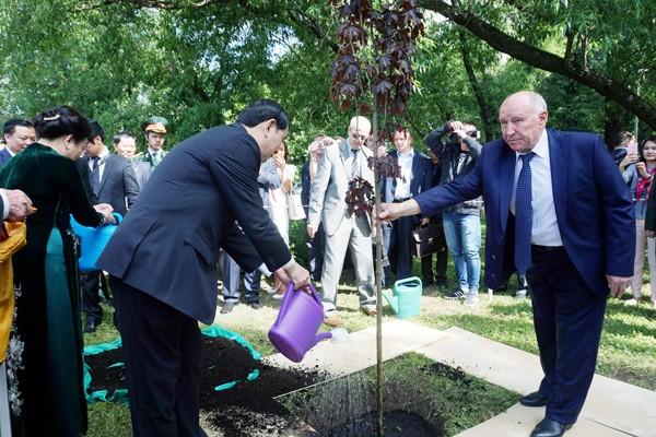 Presidente de Vietnam deposita flores en Plaza de Ho Chi Minh y visita mausoleo de Lenin - ảnh 1